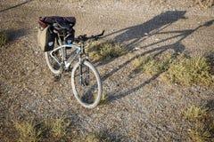 Велосипед горы оборудованный с задним pannier кладет в мешки для путешествовать велосипеда Стоковая Фотография RF
