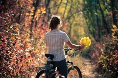 Велосипед девушки Стоковая Фотография RF