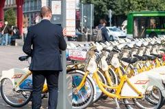 Велосипед деля аркаду Cadorna Милан Bikemi Стоковое Изображение RF