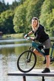велосипед детеныши женщины горы озера стоящие стоковые изображения rf