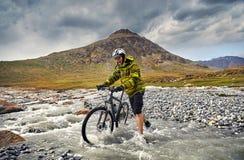Велосипед езды человека в горе Стоковые Изображения