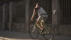 Велосипед езд мальчика на мостоваой акции видеоматериалы