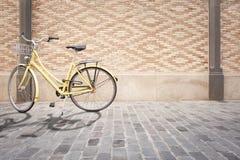 велосипед желтый цвет стоковые изображения rf