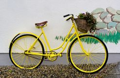 велосипед желтый цвет Стоковая Фотография