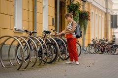 Велосипед женщины паркуя стоковые фотографии rf