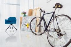 Велосипед и голубой стул в стильном стоковое фото