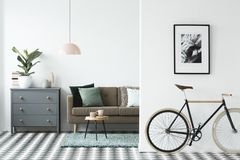 Велосипед и плакат на стене в современном острословии интерьера живущей комнаты стоковые изображения rf