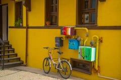 Велосипед и покрасил ящики от ящиков воды с трубами Исторические дома и улица от Odunpazari Eskisehir стоковые изображения rf