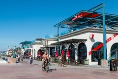 Велосипед и прогулка людей вдоль променада пляжа полета в Сан-Диего стоковые изображения rf