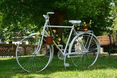 Велосипед как декоративный с цветочными композициями Стоковые Изображения