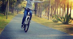 велосипед катания велосипедиста в тропическом парке Стоковые Изображения