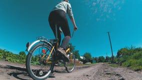 Велосипед катания молодой женщины винтажный вдоль сельской дороги в деревне акции видеоматериалы