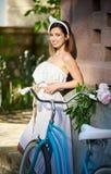 Велосипед катания молодой женщины на улицах города Стоковое фото RF