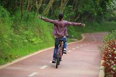 Велосипед катания потехи велосипедиста женщины на следе леса Стоковые Изображения RF
