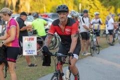 Велосипед катания человека на следе положения Withlacoochee стоковые фотографии rf