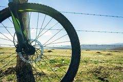 Велосипед катит внутри гору стоковое изображение