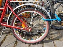 Велосипед катит внутри краски лета стоковые изображения rf