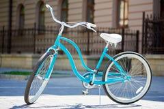 Велосипед конца-вверх голубой ретро в солнечном свете летнего дня Стоковое Фото