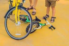 Велосипед лежит на том основании Мальчик упал с велосипеда стоковое изображение rf