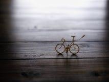 Велосипед на деревянной предпосылке Стоковые Фотографии RF