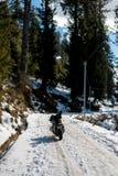 Велосипед на снеге покрыл дорогу в горах стоковая фотография