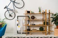 велосипед на стене и полки с веществом Стоковое Изображение RF