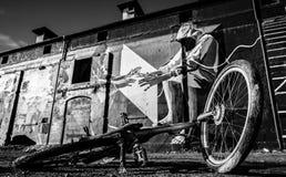 Велосипед на том основании с граффити в задней части стоковое изображение