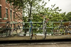 Велосипед на шкафе стоковое изображение