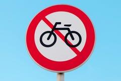 велосипед нет Круглый дорожный знак над голубым небом Стоковое Изображение RF