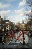Велосипед оставаясь на мосте в Амстердаме Стоковое фото RF