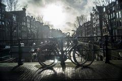 Велосипед оставаясь на мосте в Амстердаме Стоковое Изображение