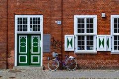 Велосипед отдыхает против кирпичной стены стоковые изображения rf