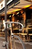 Велосипед перед кафем Парижа стоковое фото rf