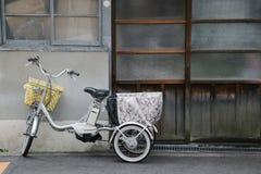 Велосипед перед японским домом стоковые изображения