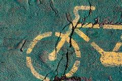 Велосипед покрашенный желтым цветом на следе велосипеда Стоковое Изображение