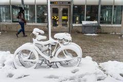 Велосипед покрытый с свежим снегом Стоковая Фотография
