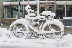 Велосипед покрытый с свежим снегом Стоковое Фото