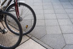 Велосипед/велосипед припарковали в городе - общественном транспорте стоковая фотография rf