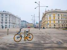 Велосипед припарковал на предпосылке городского пейзажа в вене, Австрии ландшафта часы зимы сезона Стоковые Изображения
