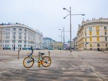 Велосипед припарковал на предпосылке городского пейзажа в вене, Австрии ландшафта часы зимы сезона Стоковая Фотография RF