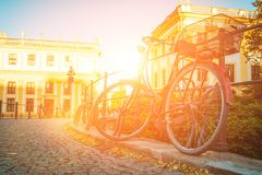 Велосипед припаркованный в старом городе Стоковые Фото