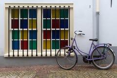 Велосипед припаркованный на улице в Амстердаме, Нидерланд стоковое фото