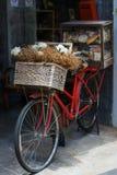 Велосипед при украшенные хлеб и еда Стоковая Фотография