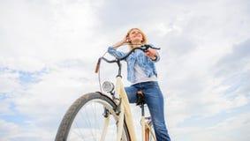 Велосипед ренты женщины для того чтобы исследовать космос экземпляра города Предпосылка неба велосипеда езд девушки Люди подачи м стоковая фотография rf