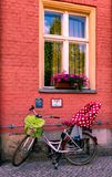 Велосипед семьи отдыхая на фронте дома Потсдама стоковые фотографии rf