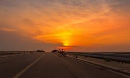Велосипед силуэта на заходе солнца 2 Стоковое Фото