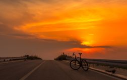 Велосипед силуэта на заходе солнца 1 Стоковое Изображение