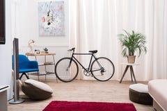 Велосипед стоя в живущей комнате стоковые фотографии rf
