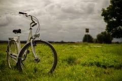Велосипед стоя в лугах стоковое изображение rf