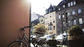 Велосипед стоя в улице сток-видео